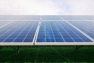 מפגש פאנלים סולאריים בשטחים חקלאיים